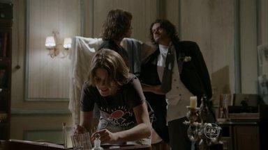 Haroldo foge de Karina e Pedro - Karina exige que Haroldo lhe diga que veneno injetou em Cobra, mas o maluco se recusa a falar e ainda foge quando a lutadora se distrai