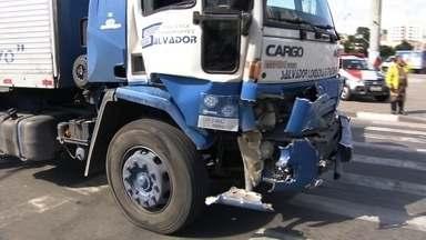 Três pessoas são atropeladas em Taboão da Serra - Um pedestre morreu. Um caminhão teve uma falha mecânica e bateu na traseira de um outro.