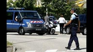 França eleva estado de alerta para o nível máximo após ataque com morte - Corpo decapitado foi encontrado com dizeres em árabe em fábrica de Isère. François Hollande pediu que franceses se unam para vencer o medo.