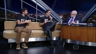 Jô Soares entrevista Os Fulanos - Dupla é formada por Dedé Ferret e Pul Barreto. Eles estão em cartaz no Teatro Miguel Falabella, no Rio de Janeiro