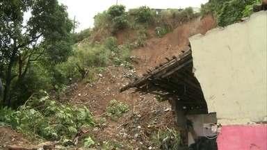 Pai e filho morrem em deslizamento na Zona Norte no Recife - Casa das vítimas, no bairro da Bomba do Hemetério, ficou soterrada.