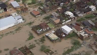 Moradores de Camaragibe ficam ilhados após fortes chuvas - Quem mora na cidade da Região Metropolitana do Recife teve dificuldades para sair de casa nesta segunda-feira (29).