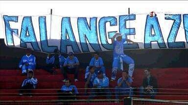 Brasil de Pelotas repudia suposto ato racista de torcedor do Londrina - Imagem mostra torcedor fazendo gestos durante vitória do Xavante por 3 a 1 sobre o Londrina.