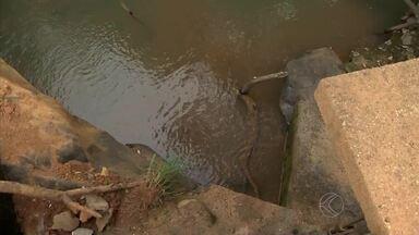 Moradores relatam medo com falta de água em Dores de Campos - Cerca de 70% da água que sai da represa da cidade se perde e não chega a casa da população. Prefeito informou que obras vão começar nesta terça-feira (30) no local.