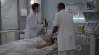 Cobra tem parada cardíaca, mas é socorrido pelos médicos - Jade e Gael se desesperam
