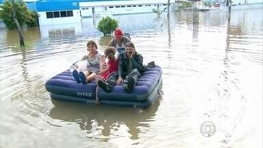 Avenida Recife fica interditada após fortes chuvas - Bloqueio revoltou motoristas e pedestres.