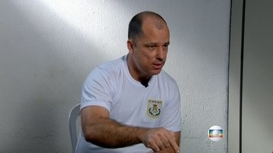 Major acusado de torturar Amarildo de Souza diz que traficante são culpados pelo crime - A repórter Bette Lucchese conversou com exclusividade, com o major Edson Santos, o ex-comandante da UPP da Rocinha. Ele é acusado de ordernar a tortura ao ajudante de pedreiro.
