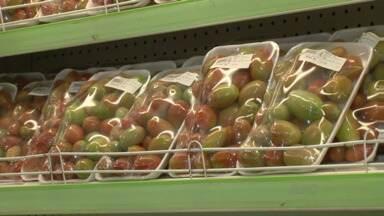 Lei obriga produtores a vender frutas e verduras com rótulos nas embalagens - Nos rótulos, devem constar informações aos consumidores: como o prazo de validade do produto ou se foi usado algum agrotóxico na produção. A lei começa a valer a partir do dia 1º de julho.