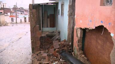 Carro invade casa em Campina Grande - Caso aconteceu quando família assistia televisão.