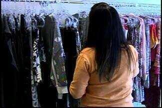 Liquidações e promoções são destaque em lojas de Divinópolis - Lojistas abaixam preços para vender mais no período do Inverno. Vendas estão fracas, eles dizem