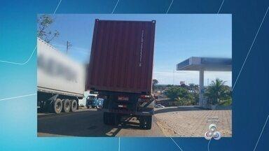 Telespectador denuncia falta de segurança em transporte de cargas em Manaus - Foto mostra contêiner em risco de acidente na capital.