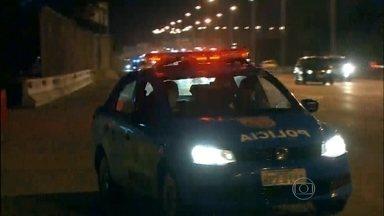 Polícia Militar assume o Complexo da Maré - Bandidos soltaram fogos dentro do Complexo da Maré para avisar a outros bandidos da presença da polícia.