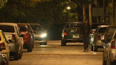 Motoristas ocupam vagas irregulares prejudicam moradores do Setor Leste do Gama - Moradores da Quadra I do Setor Leste do Gama não conseguem nem sair de casa por causa de motoristas que estacionam de qualquer jeito.