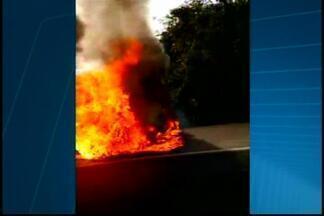Carro pega fogo na BR-262 perto de Nova Serrana - Telespectador flagrou e enviou imagens ao MGTV. Curto-circuito é hipótese