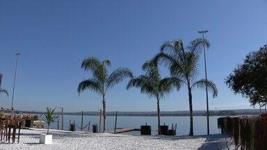Orla do Lago Paranoá se prepara para receber areia branca - A ideia é estimular o uso da orla do Lago Paranoá. Segundo o empresário, o objetivo foi trazer um paraíso artificial.