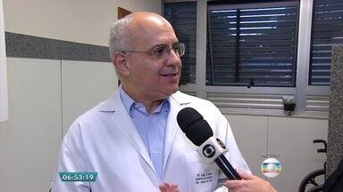 Pessoas acima dos 60 anos precisam tomar cuidados para evitar quedas dentro de casa - Entrevista ao vivo com o médico geriatra Edgar Nunes.