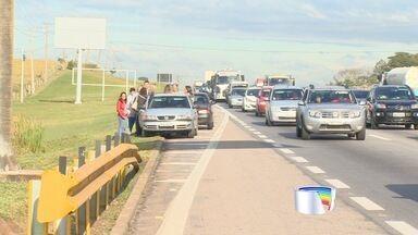 Engavetamentos deixam tráfego lento na Via Dutra no início do feriado - Em um trecho de 10km foram registrados três acidentes em São José dos Campos