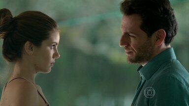 Angel e Alex conseguem despistar Giovanna - Nina comenta com a amiga que os dois se conheceram no desfile da Like. Angel pede sigilo a Sam sobre book rosa