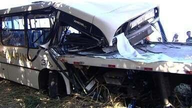 Colisão entre ônibus, carro e guincho deixa feridos na BR-060, em Goiás - Motorista do coletivo perdeu controle e atingiu os outros veículos, diz PRF. Pelo menos 18 pessoas sofreram ferimentos; pista já foi liberada.