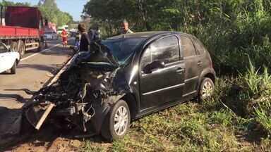 Batida entre três veículos deixa feridos na BR-101 em Guarapari, ES - Pista foi interditada para retirada de veículos, mas foi liberada às 18h.Duas pessoas ficaram feridas, sendo uma em estado grave.