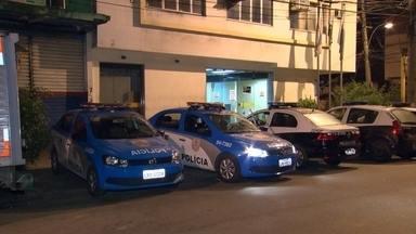 Bandidos atacam carro da PM na Vila Cruzeiro - O tiroteio aconteceu na noite da última segunda-feira (14), na Vila Cruzeiro. No confronto, três moradores ficaram feridos.