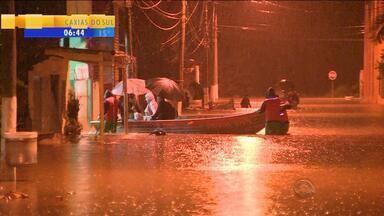 Moradores ficam ilhados dentro de casa em Esteio, RS - Em Canoas, ruas ficaram alagadas.