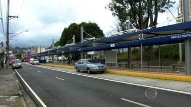 Carros ocupam espaço de corredor de ônibus em Guarulhos - Depois de duas entregas adiadas, a promessa é que o Corredor Metropolitano Guarulhos - São Paulo esteja em funcionamento em agosto. Enquanto isso, os carros ficam estacionados no espaço que deveria ser ocupado pelos coletivos.