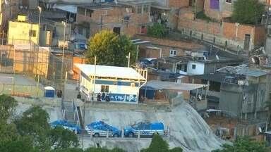 Policiamento é reforçado na Vila Cruzeiro após tiroteio - A polícia contou que PMs da UPP Parque Proletário patrulhavam a comunidade quando foram atacados por bandidos. Os policiais revidaram. Três pessoas ficaram feridas no confronto.