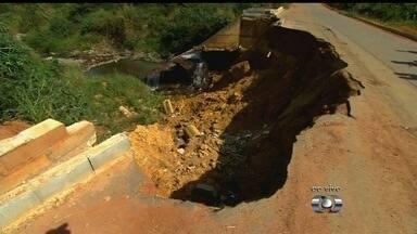 Ponte caiu há seis meses e ameaça segurança dos moradores, em Aparecida de Goiânia - Prefeitura diz que está sendo feito um estudo sobre o local e que obra deve ser feita antes do período de chuva.