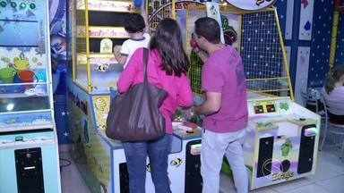 Férias escolares movimentam shoppings do Sul do Rio - Local é opção de lazer para crianças que procuram diversão.