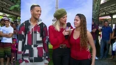 Vídeo Show se inspira em Babilônia e leva povão para Paris - Giovanna Ewbank tira fotos do público diante da Torre Eiffel