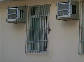 Fórum é arrombado e bandidos levam equipamentos de informática, em Jupi, no Agreste - Criminosos teriam serrado grade de proteção de uma das janelas, diz Polícia Militar. Técnicos do Instituto de Identificação Tavares Buril (IITB) foram até o local.
