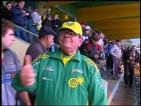 Torcedor faz sucesso no Ypiranga - Ele mostra que não precisa falar pra torcer pelo time.