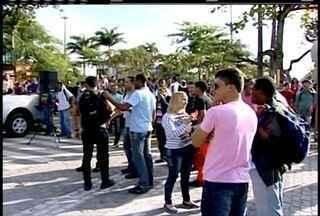Funcionários demitidos de empresa terceirizada da Petrobras fazem manifestação em Macaé - Mais de dois mil trabalhadores não conseguiram entrar na Petrobas.