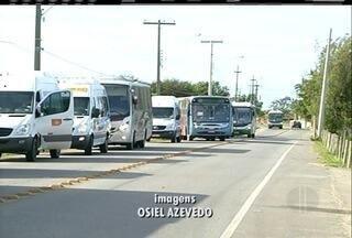 Detro faz operação contra o transporte irregular em rodovia que dá acesso ao Porto do Açu - Ônibus e vans foram apreendidos.