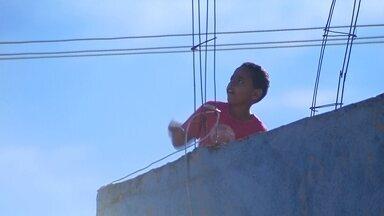 Crianças soltam pipas perto de cabos da rede elétrica - Crianças soltam pipa próximo a lugar com fios de alta tensão. Um perigo que é cada vez mais visto por ruas do Distrito Federal.