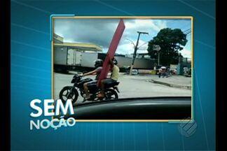 Motociclista é flagrado transportando peça de compensado - Flagrante ocorreu nos primeiros quilômetros da rodovia BR-316.