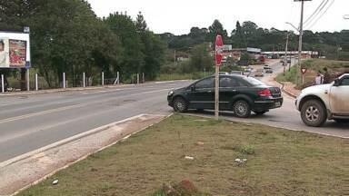 Morador de Castro reclama do trânsito na Avenida Ronie Cardoso - Telespectador diz que acontecem vários acidentes no trevo de acesso ao cemitério