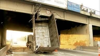 Caminhão entala em ponte de São Paulo - O caminhão, que estava com a caçamba levantada, entalou em uma ponte da Marginal Tietê, na madrugada desta sexta (17). A estrutura da ponte não foi afetada, mas a passagem de pedestre do lado do acidente precisou ser bloqueada.