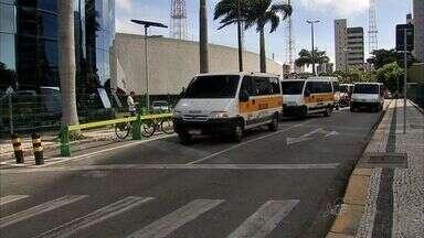 Donos de transporte escolar fazem protesto em Fortaleza - Protesto é contra mudanças na lei que regulamento o transporte escolar.