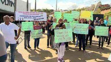 Professores do Estado fazem manifestação durante visita de Fernando Pimentel - Servidores cobram equiparação salarial a cargos administrativos da Superintendência Regional de Ensino.