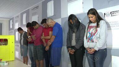 Grupo é preso por suspeita de roubo de cargas no ES, MG e RJ - Sete pessoas foram presas em operação da polícia e três estão foragidas.Polícia diz que eles roubavam veículos e faziam lavagem de dinheiro.