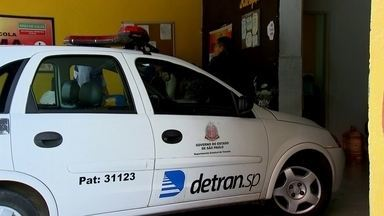 Fiscais do Detran vão a oito auto-escolas em Santo André - Depois de descobrir fraudes na emissão de quase 5 mil carteiras de habilitação, fiscais do Detran fizeram uma blitz nas auto escolas de Santo André.