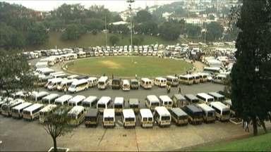 Motoristas e donos de vans escolares voltam às ruas para protestar - Entre os motivos alegados, a cadeirinha para crianças.