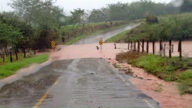 Alguns trechos de rodovias da região estão interditados - A chuvarada dos últimos dias aumentou a vazão dos rios