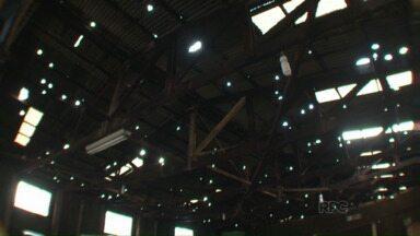 Moradores de Terra Rica tentam retomar a vida depois dos estragos provocados pelo granizo - A chuva de granizo da última terça-feira (14) deixou mais de 800 casas destelhadas. Mais de 3.400 foram prejudicadas.
