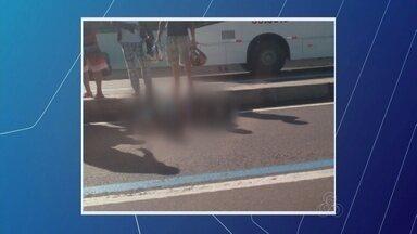 Mulher fica ferida após ser atropelada na Faixa Azul, em Manaus - Fato ocorreu no corredor para ônibus na Avenida Constantino Nery. Vítima de 44 anos foi encaminhada ao Hospital João Lúcio.