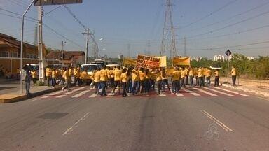 Em Manaus, grupo protesta contra padronização de transporte escolar - Manifestação afetou trânsito na Avenida das Torres. Instituto de Trânsito pediu atenção na área.