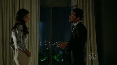 Alex toma decisão radical e enfurece a namorada - Empresário presenteia Samia com uma joia, mas ela dispensa