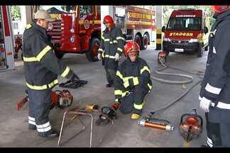 Ofício dos bombeiros exige coragem e dedicação - Treinamento prepara bombeiros para agir em situações de emergência.